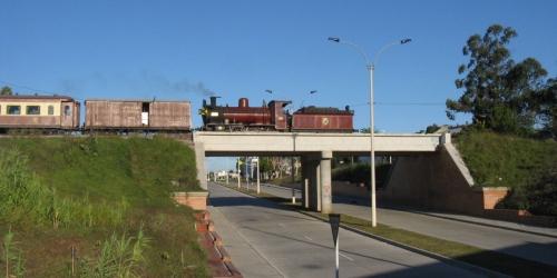 La vieja vaporera ha vencido al viejo túnel de Propios, ella sigue en marcha ( foto gentileza de Grupo Trenes de Uruguay © 2011 )